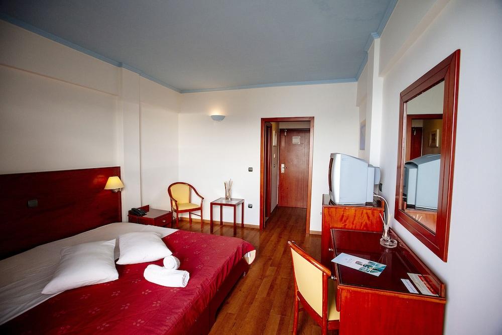 https://i.travelapi.com/hotels/17000000/16720000/16719800/16719775/5f4afd5a_z.jpg