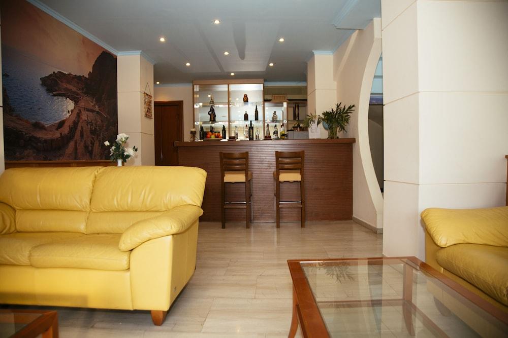 https://i.travelapi.com/hotels/17000000/16720000/16719800/16719775/f2aaab19_z.jpg