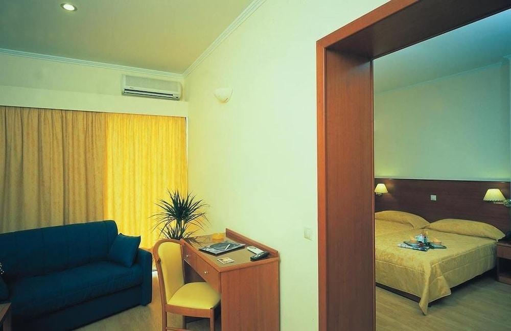 https://i.travelapi.com/hotels/17000000/16720000/16719800/16719775/fb4a4520_z.jpg