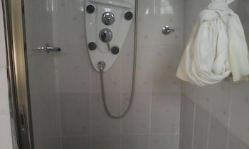 Abundance Palace Guest House - Bathroom Shower  - #0