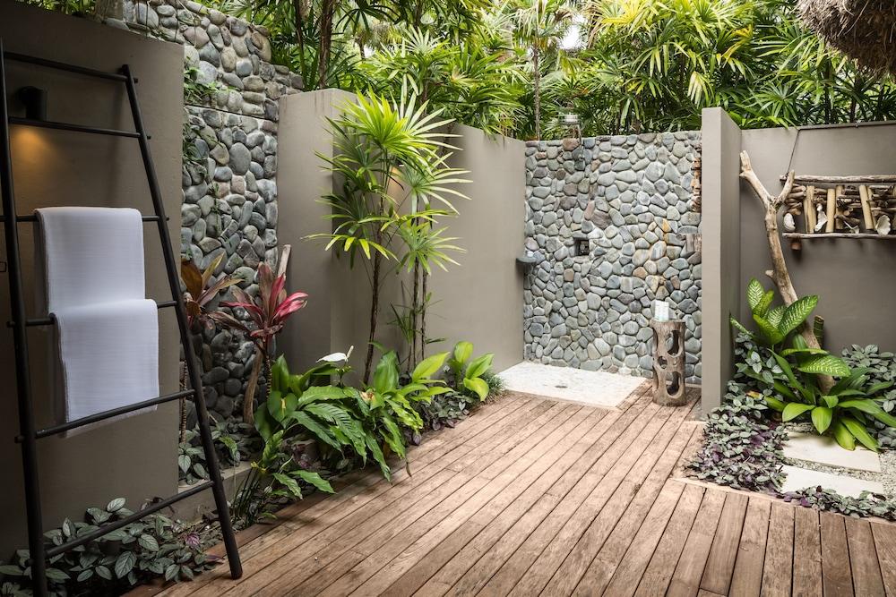 https://i.travelapi.com/hotels/17000000/16740000/16735400/16735385/65f2aeac_z.jpg