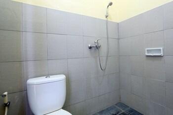 RedDoorz @ Raya Seminyak - Bathroom  - #0