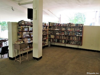 KINGSTON LODGE Library