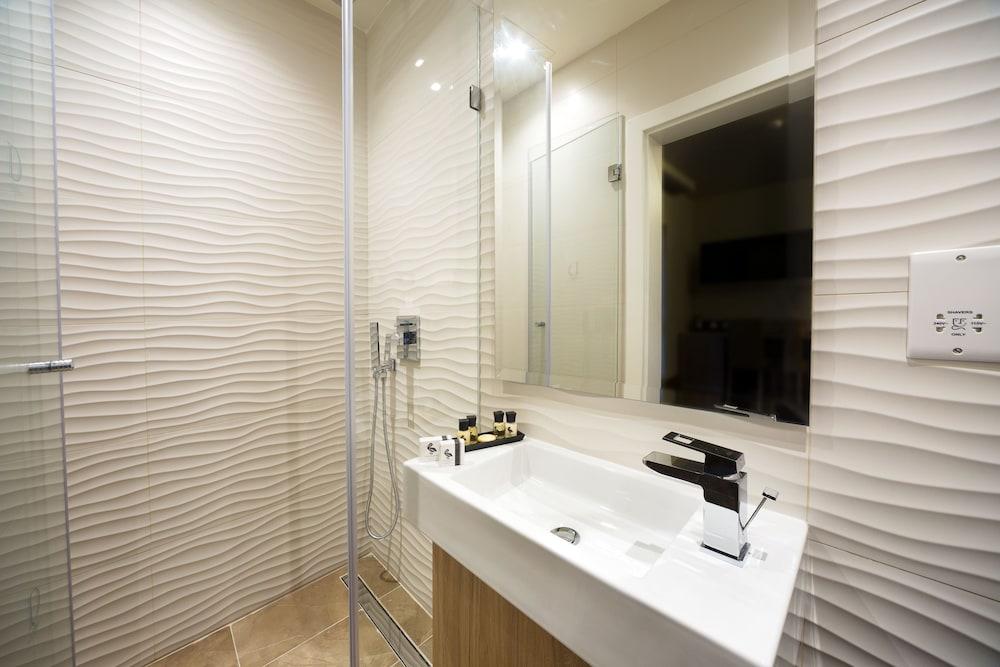 https://i.travelapi.com/hotels/17000000/16770000/16761300/16761287/7bee7ce2_z.jpg