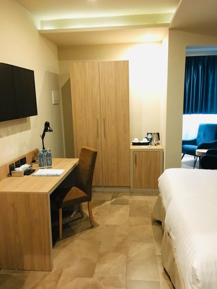 https://i.travelapi.com/hotels/17000000/16770000/16761300/16761287/8c07268e_z.jpg