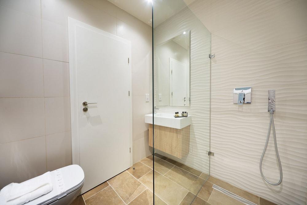https://i.travelapi.com/hotels/17000000/16770000/16761300/16761287/e5e2f0e4_z.jpg