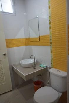 QBiz Hotel Kalasin - Bathroom  - #0