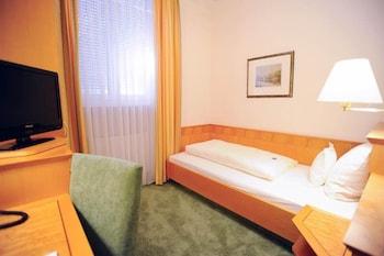 Economy Single Room (basement room with daylight, small)