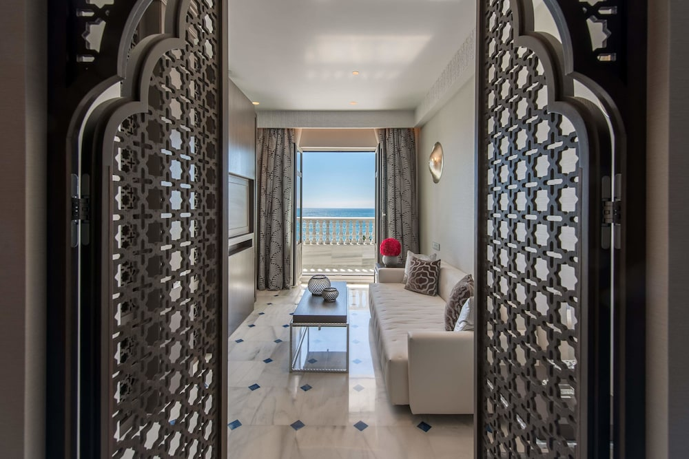 https://i.travelapi.com/hotels/17000000/16890000/16885500/16885459/81121e9c_z.jpg