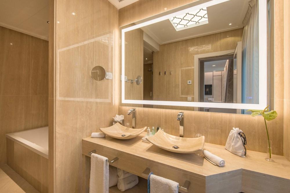 https://i.travelapi.com/hotels/17000000/16890000/16885500/16885459/8e75623f_z.jpg