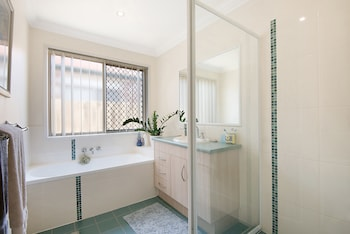 Central Redcliffe Holiday House - Bathroom  - #0