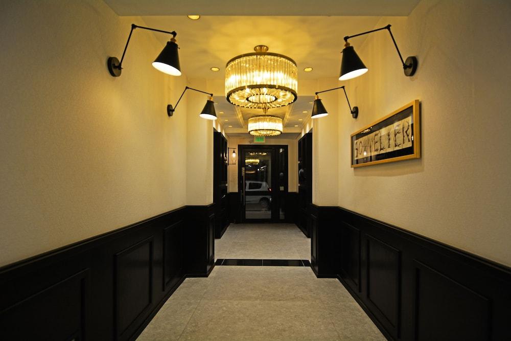 https://i.travelapi.com/hotels/18000000/17100000/17092300/17092237/527413b8_z.jpg