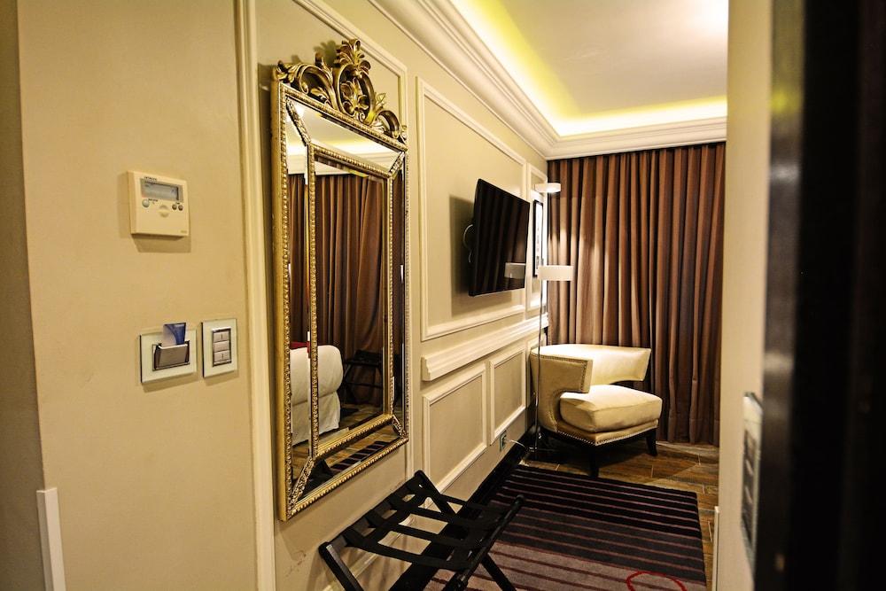https://i.travelapi.com/hotels/18000000/17100000/17092300/17092237/d0cbc218_z.jpg