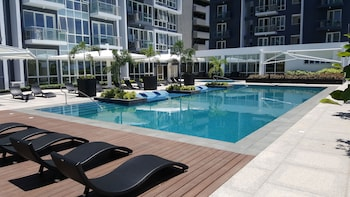 8 NEWTOWN BLVD APARTMENTS Outdoor Pool