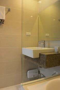 8 NEWTOWN BLVD APARTMENTS Bathroom Sink