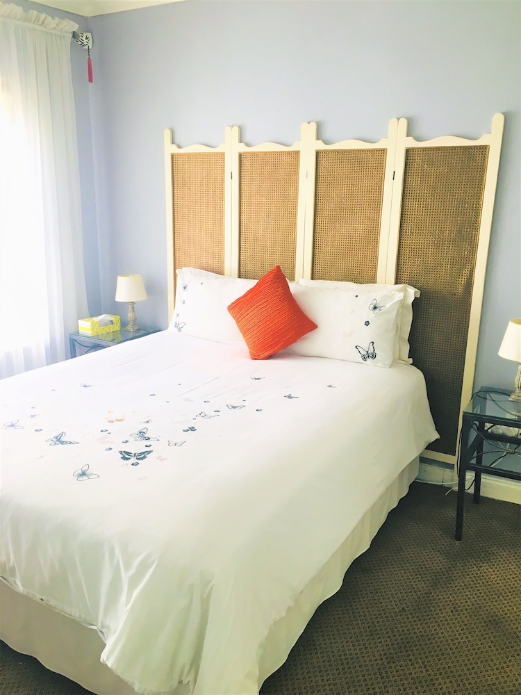 https://i.travelapi.com/hotels/18000000/17190000/17187000/17186982/dae7f1a1_z.jpg
