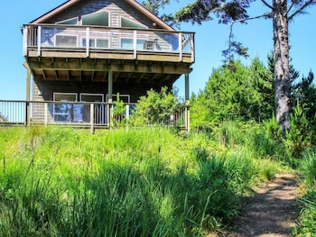Yaquina Lighthouse View Beach Home