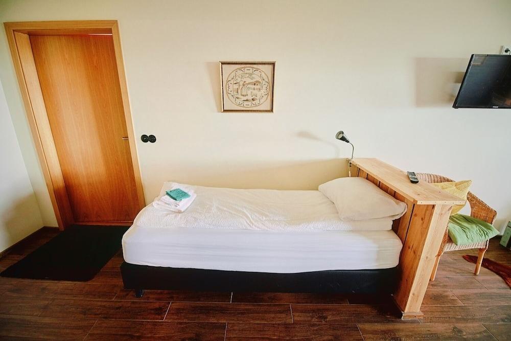 https://i.travelapi.com/hotels/18000000/17360000/17350500/17350453/0e029d1f_z.jpg
