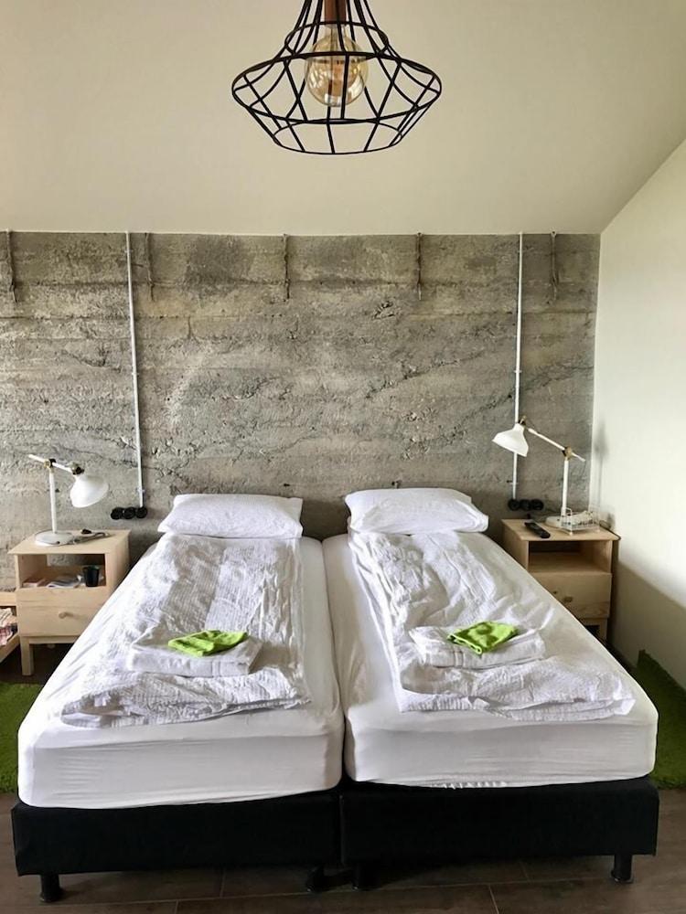 https://i.travelapi.com/hotels/18000000/17360000/17350500/17350453/10a53094_z.jpg