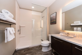 Guestroom at TownePlace Suites by Marriott Charleston-West Ashley in Charleston