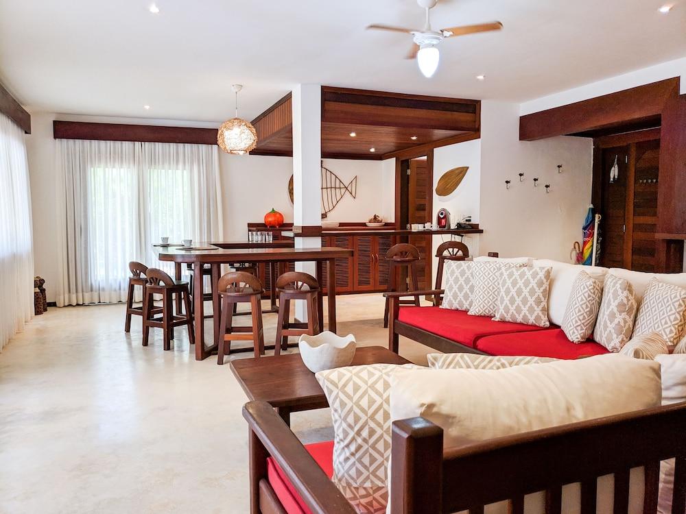 https://i.travelapi.com/hotels/18000000/17400000/17394800/17394748/d8f5e2b6_z.jpg