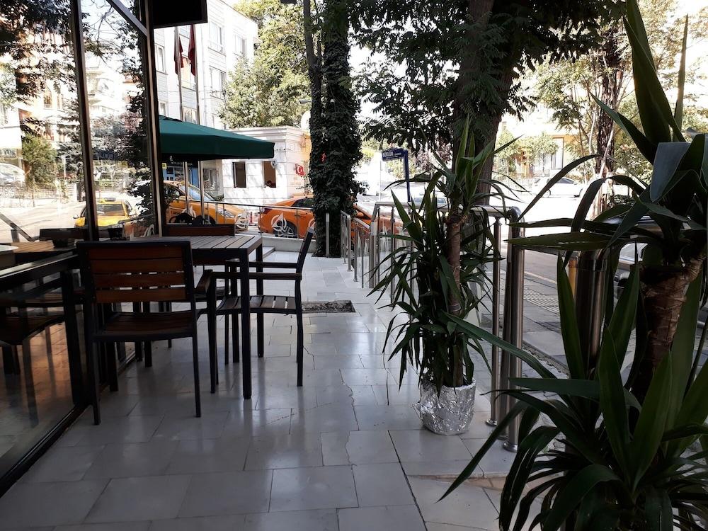 https://i.travelapi.com/hotels/18000000/17440000/17437100/17437062/055e155a_z.jpg