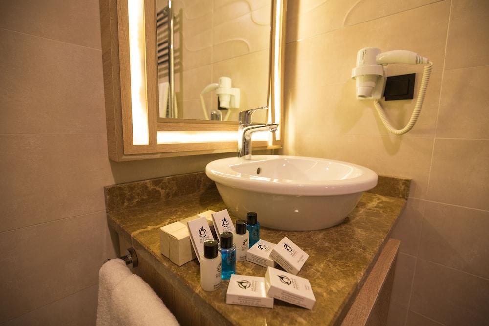 https://i.travelapi.com/hotels/18000000/17440000/17437100/17437062/0dcb17c9_z.jpg