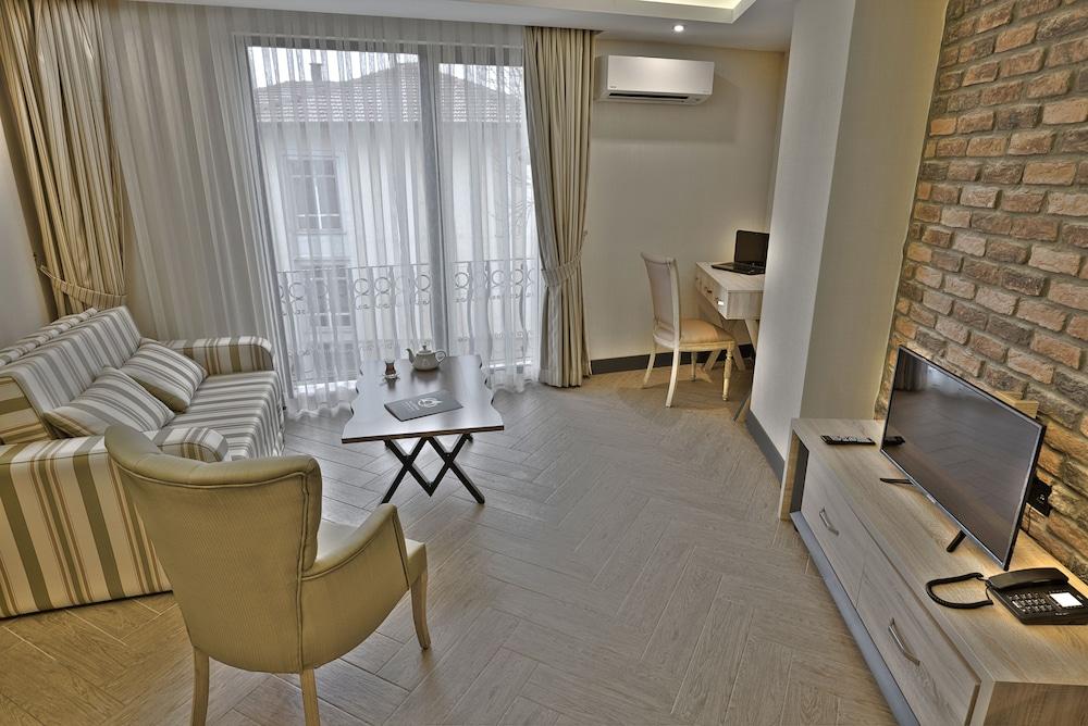 https://i.travelapi.com/hotels/18000000/17440000/17437100/17437062/7772fffc_z.jpg