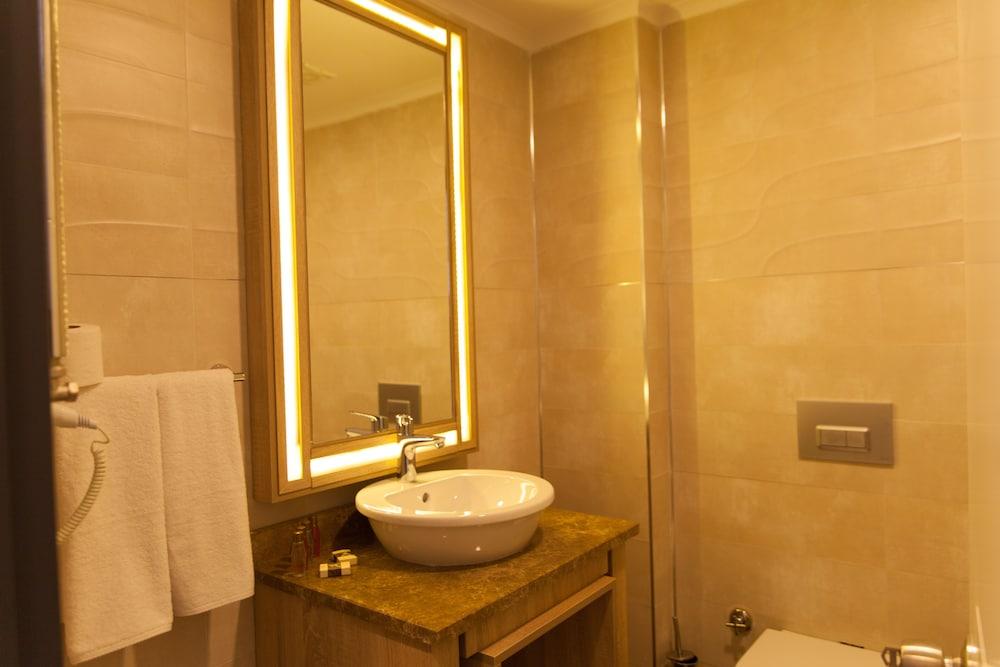 https://i.travelapi.com/hotels/18000000/17440000/17437100/17437062/f3f09f2b_z.jpg
