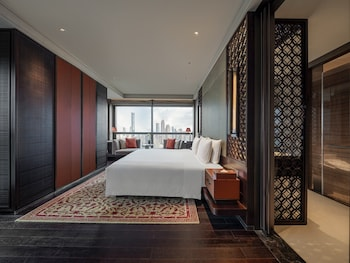 Club Room, 1 King Bed, Smoking, River View (Regent)