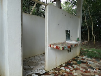 TENT AND BREAKFAST AT IRAWAN PARK Bathroom Sink