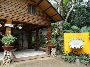 TENT AND BREAKFAST AT IRAWAN PARK Property Entrance