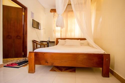 Dan's Hotel, Nyaribari Chache