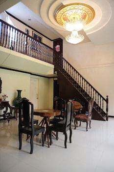 THIRD & SEAN'S PLACE Lobby