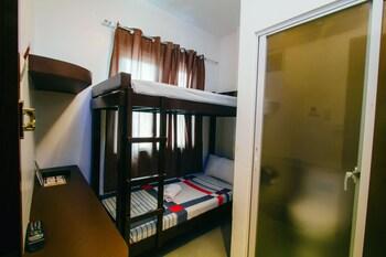 JJ MIDCITY INN Guestroom