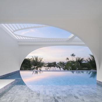 Oceanfront 1 Bedroom Pool Suite