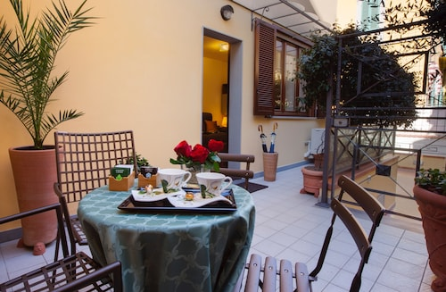 . The Golden House Florence Suite