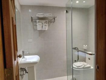 Safari Lodge Baguio Bathroom