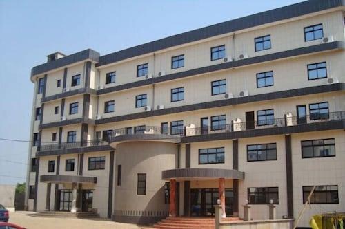 Girafe Hôtel, Mfoundi