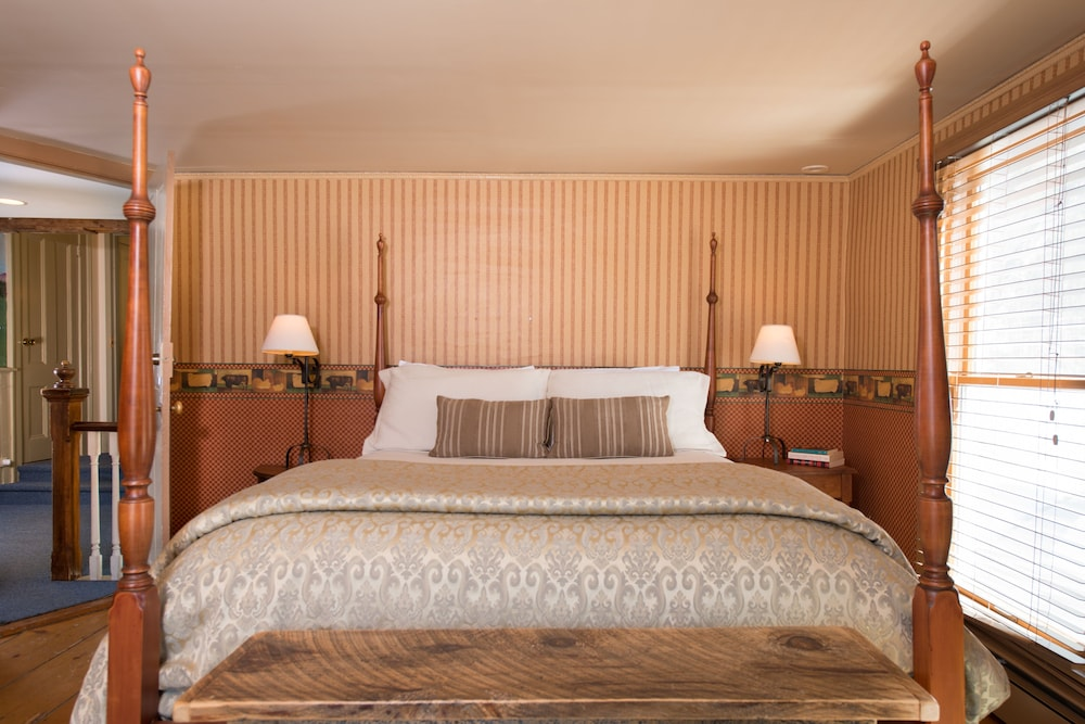 https://i.travelapi.com/hotels/18000000/17970000/17969100/17969015/b7e709e2_z.jpg