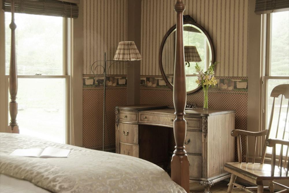 https://i.travelapi.com/hotels/18000000/17970000/17969100/17969015/c8e916ea_z.jpg