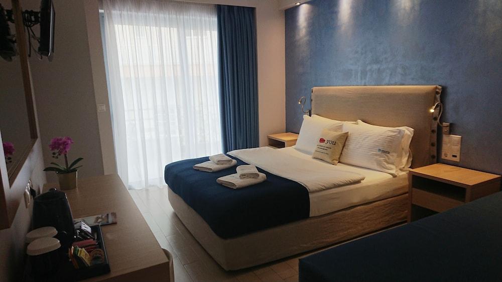 https://i.travelapi.com/hotels/19000000/18020000/18017600/18017530/9cf056fc_z.jpg
