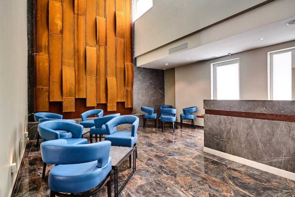 https://i.travelapi.com/hotels/19000000/18030000/18022500/18022422/65060e56_z.jpg