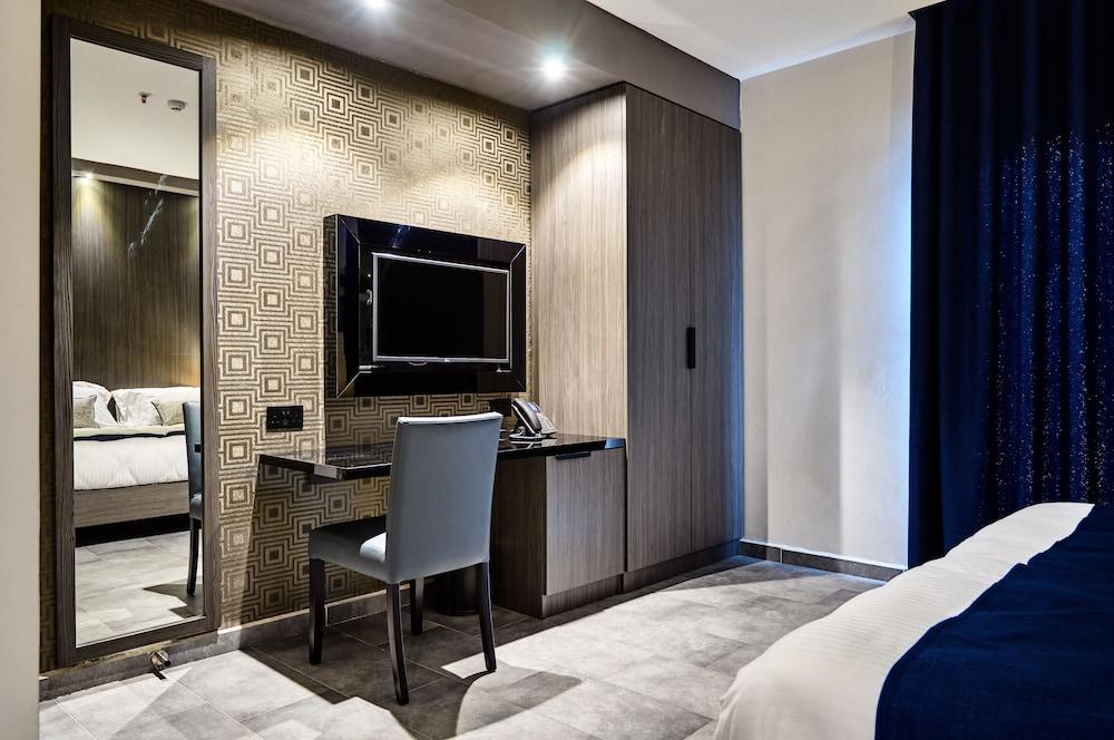 https://i.travelapi.com/hotels/19000000/18030000/18022500/18022422/d013e738_z.jpg