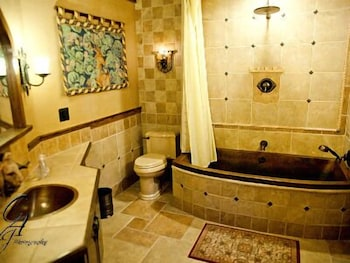 https://i.travelapi.com/hotels/19000000/18040000/18035100/18035092/180c6794_b.jpg