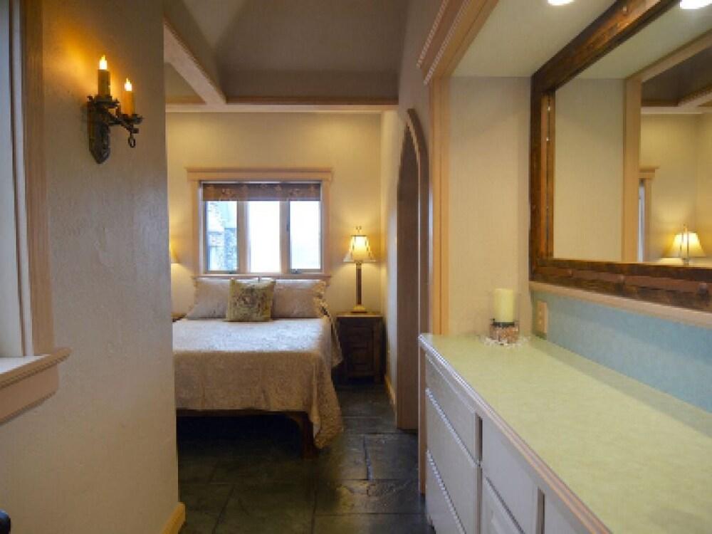 https://i.travelapi.com/hotels/19000000/18040000/18035100/18035092/d79b182c_z.jpg