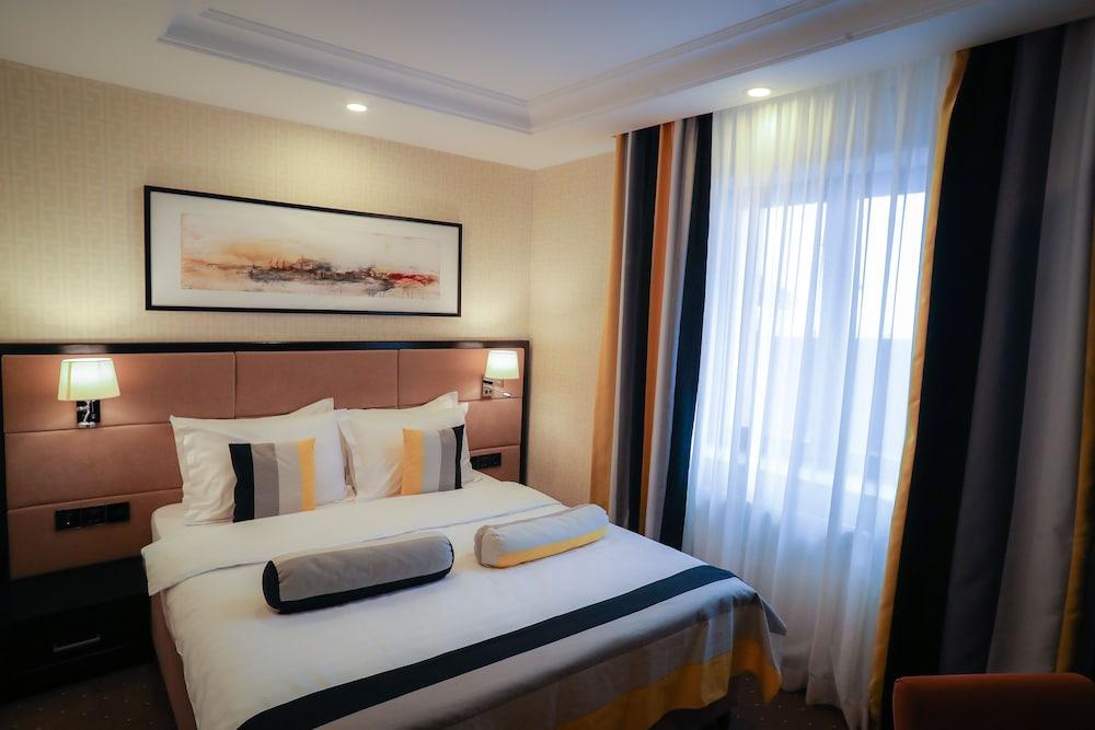 https://i.travelapi.com/hotels/19000000/18100000/18098000/18097935/0b78b90a_z.jpg