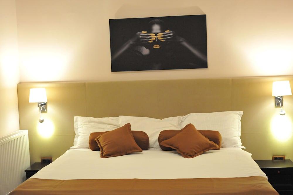 https://i.travelapi.com/hotels/19000000/18100000/18098000/18097935/2f09cea3_z.jpg