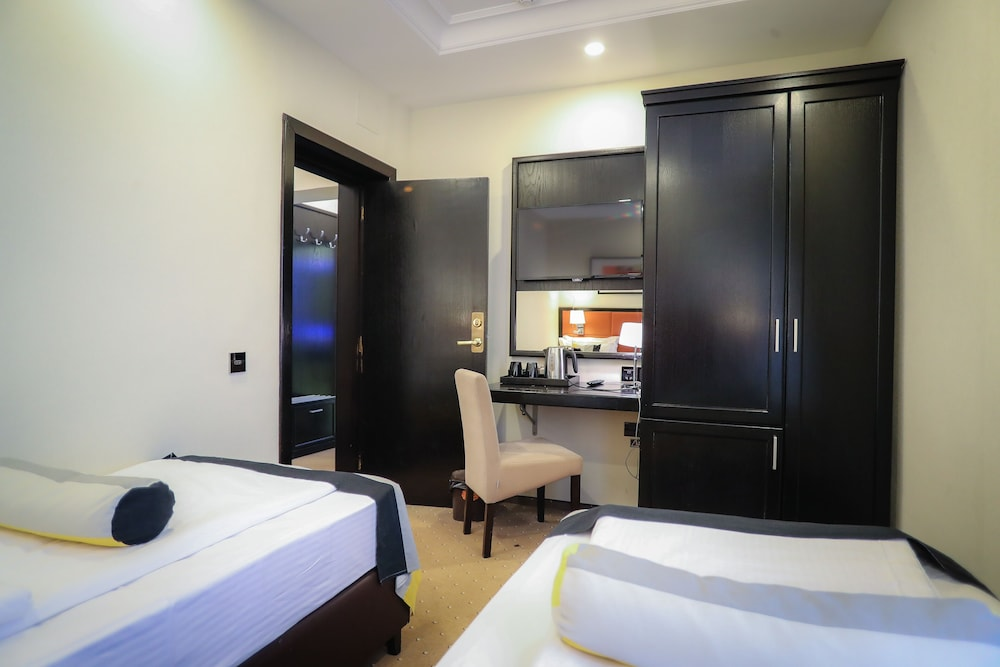 https://i.travelapi.com/hotels/19000000/18100000/18098000/18097935/40471250_z.jpg