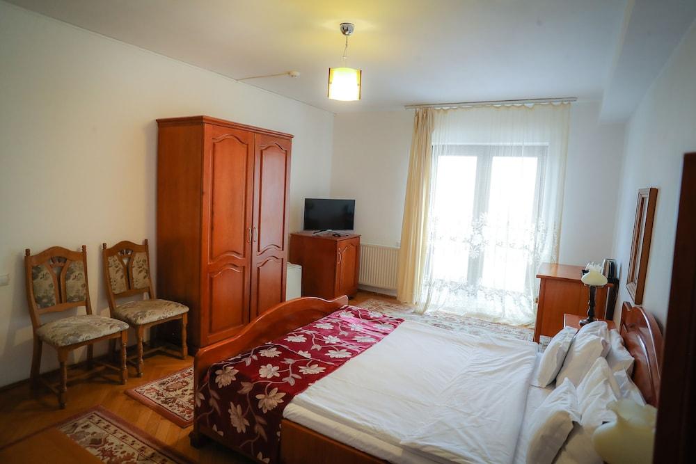 https://i.travelapi.com/hotels/19000000/18100000/18098000/18097935/84ab35c2_z.jpg